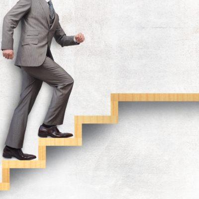階段を上るビジネスマン