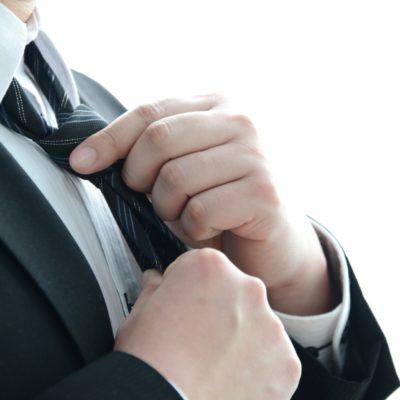 ネクタイを結ぶ社会人