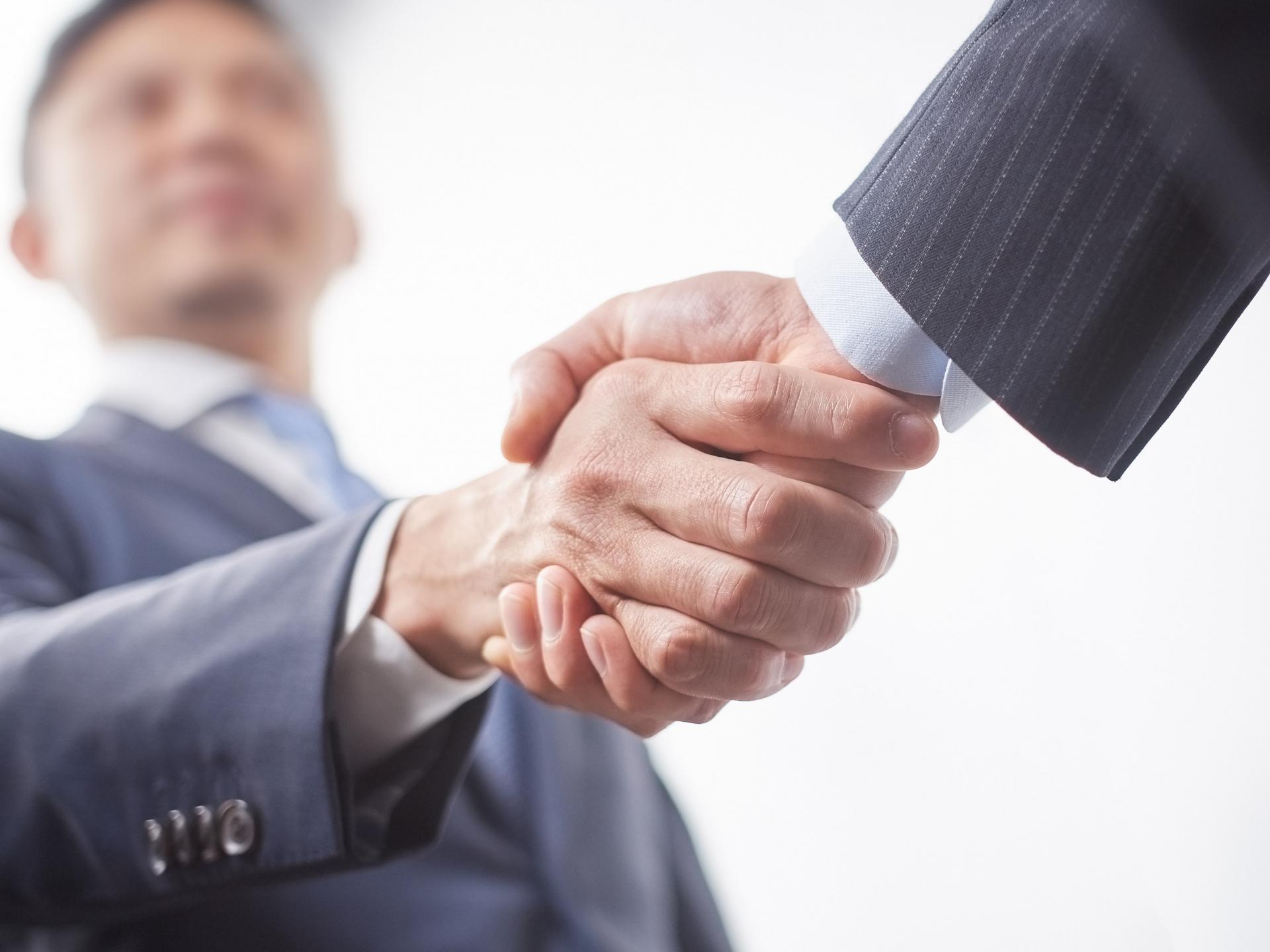 握手をしているビジネスマン
