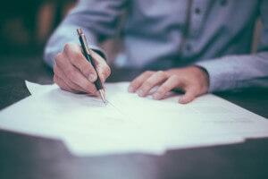 書類を書く男性