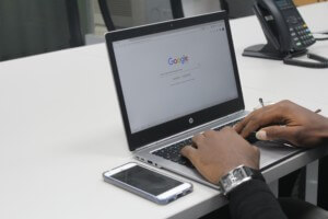 Googleが表示されているパソコン