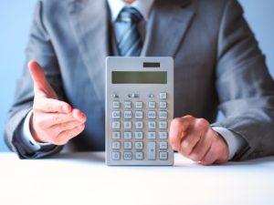 計算するビジネスマン