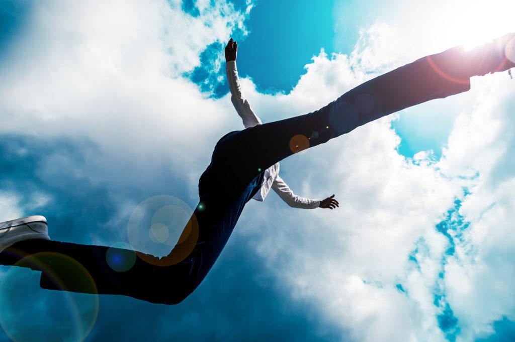 カメラの上を飛び越える男性