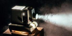暗闇で投影される映写機