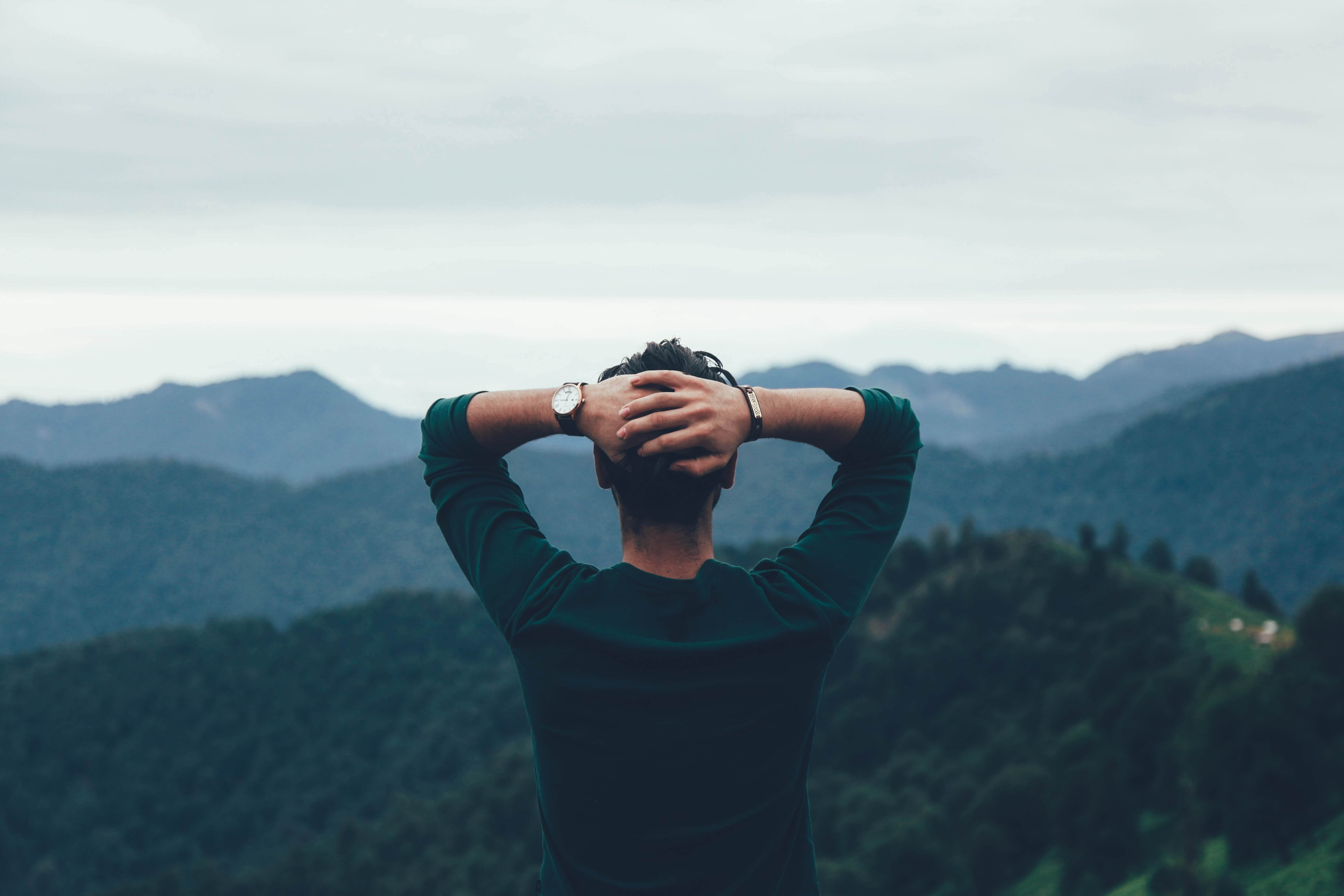 遠方を見つめる男性
