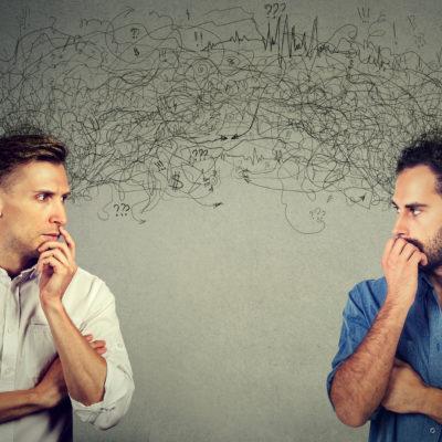 考える二人の男性