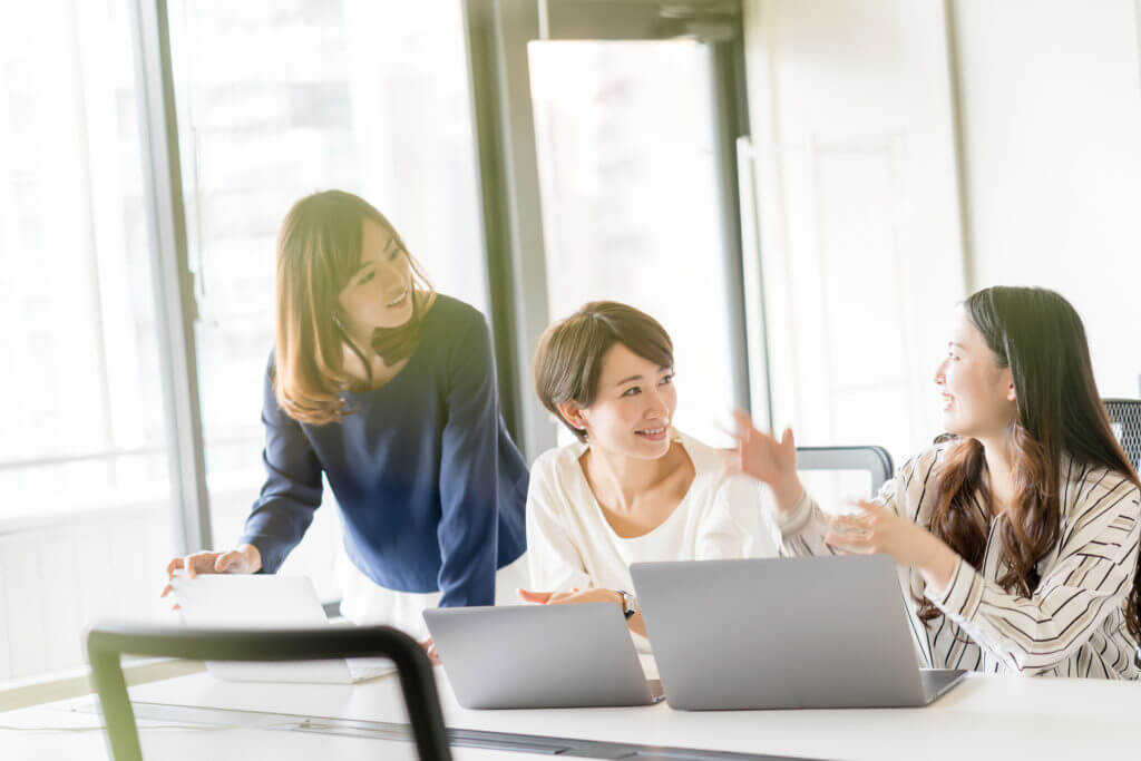 3人で笑う女性起業家