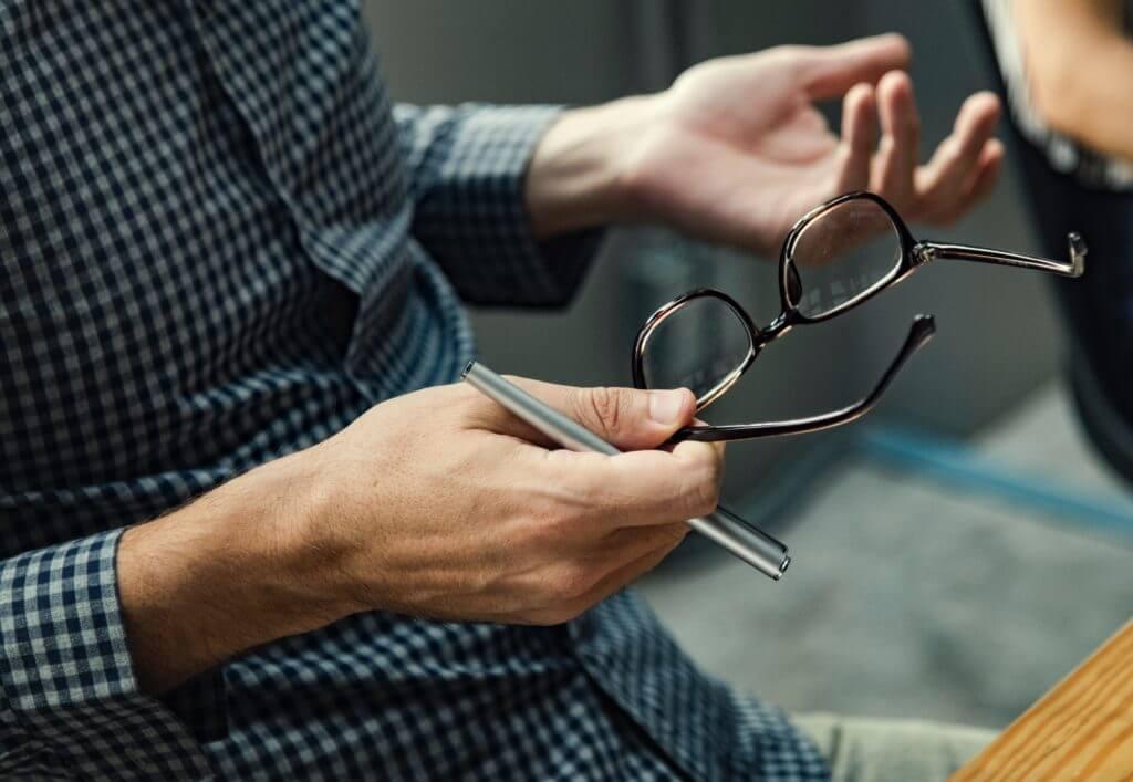 メガネを持つ男性