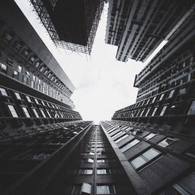 下から見上げるビル層