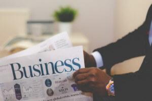 新聞を広げるビジネスマン