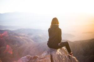 山の上の女性